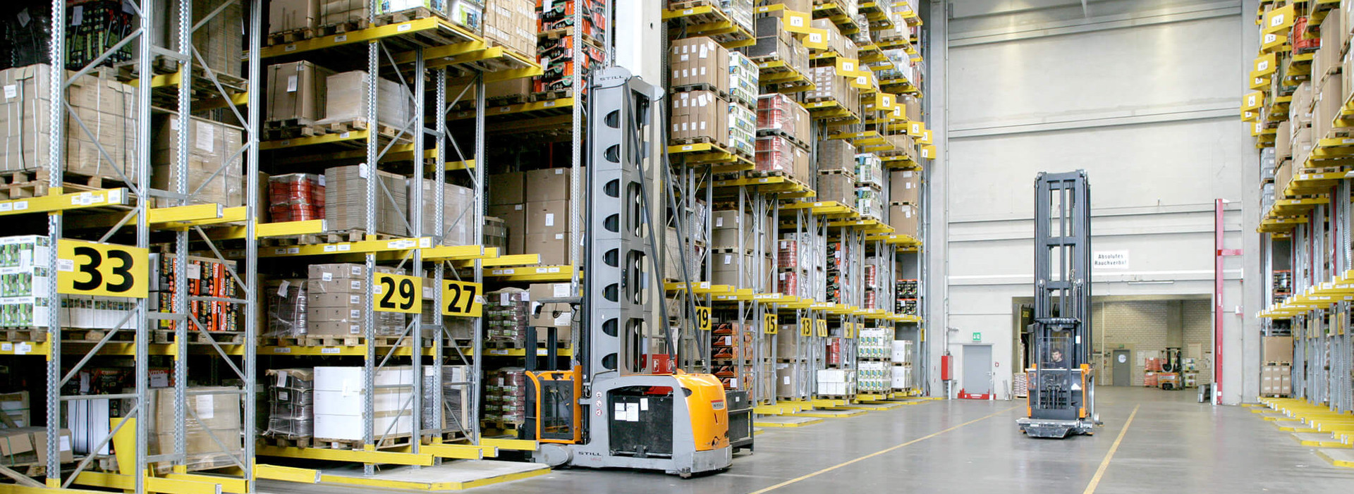 The picture shows a warehouse in which a warehouse management software with SAP is integrated